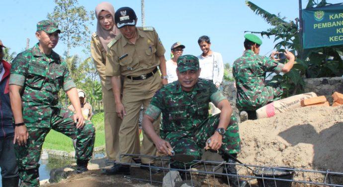 Peletakan Batu Pertama Rumah Bantuan untuk Mak Aroh oleh Dandim 0611/Garut.