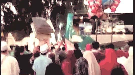 LIMA ORANG TERTIMPA RUNTUHAN PILAR TEMBOK BENTENG YANG TERSEREMPET BUS PEMBAWA JAMA'AH HAJI