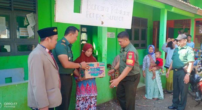 Garut,- Danramil 1111/Trg Kapten Inf Dedi Saepuloh SH beserta anggota Koramil 1111/Tarogong menyerahkan bantuan kpd korban bencana kebakaran di Kp Nagrog Ds Sarimukti Kec Pasirwangi.