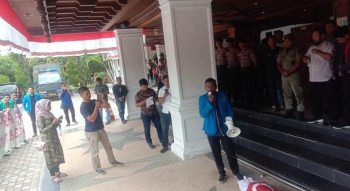 REFLEKSI 14 TAHUN MOU HELSINKI, SEJUMLAH MAHASISWA MENGGELAR AKSI DI DEPAN GEDUNG DPRA