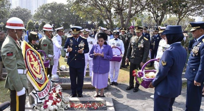 PANGLIMA TNI ZIARAH KE MAKAM MANTAN PRESIDEN RI KE-3 B.J.HABIBIE