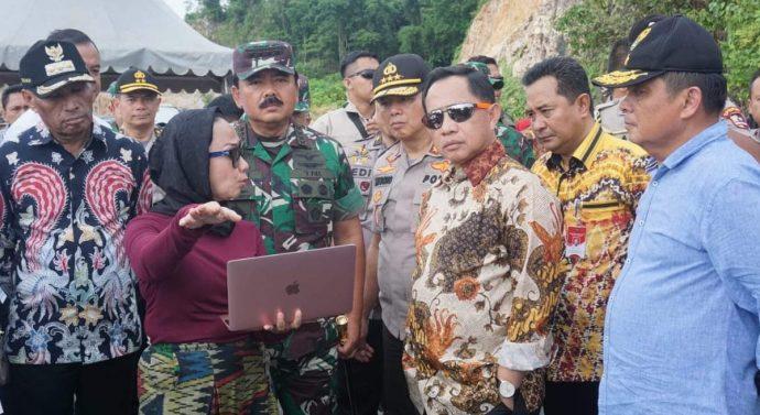 PANGLIMA TNI BERSAMA MENTERI DALAM NEGRI TINJAU JEMBATAN HOLTEKAMP YANG AKAN DI RESMIKAN PRESIDEN JOKOWI
