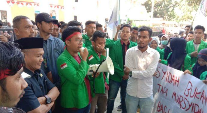 MAHASISWA FAKULTAS HUKUM UNIVERSITAS MALIKUSSALEH LHOKSEUMAWE BANTAH USIR HAJI SUDIRMAN :ITU TIDAK BENAR