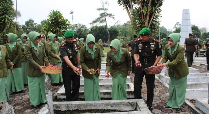 DALAM RANGKA HARI JUANG TNI AD KODIM 0611/GARUT MELAKUKAN ZIARAH KE MAKAM PAHLAWAN