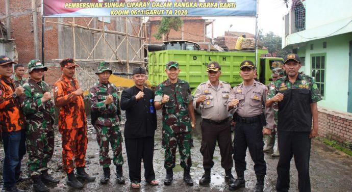 Karya Bakti KODIM 0611/GARUT Pembersihan Sampah di Sungai Ciparay Cijeruk Kec.Karangpawitan