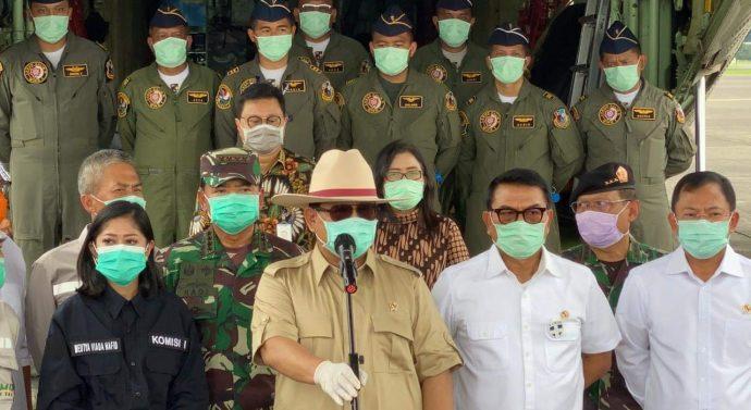 MENHAN PRABOWO DI DAMPINGI PANGLIMA TNI TERIMA ALAT KESEHATAN DARI RRT