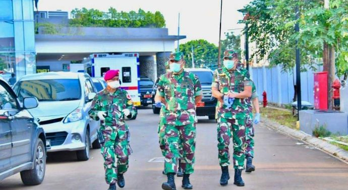 KASUM TNI TINJAU RS DARURAT COVID-19 DI WISMA ATLIT KEMAYORAN