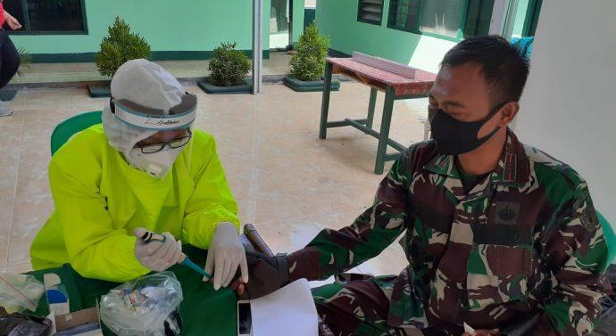 Puluhan Personil TNI Yang Ikut Membantu Dalam Pelaksanaan TMMD ke-108 Menjalani Rapid test Terlebih Dahulu.