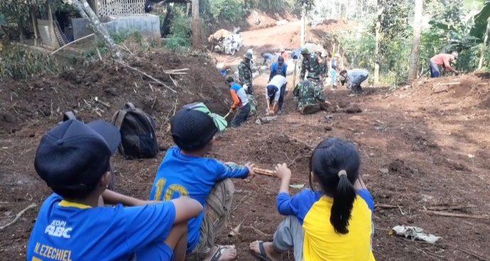 Anak anak wanakerta merasa bangga kampungnya disentuh oleh TNI.