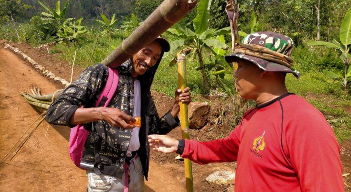 Di Lokasi TMMD Poskes Dim 0611/Garut, Berikan Vitamin Bagi Masyarakat Yang Melakukan Aktivitas