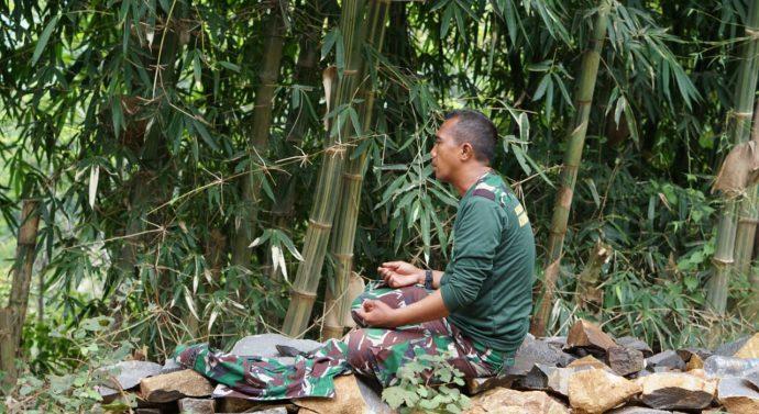 Satgas TNI Laksanakan Ibdah Shalat di Tengah Hutan Beralasakan Tumpukan Batu Pecah