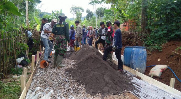 Maman Perangakat Desa Wanakerta : Kami Haru Kepada Satgas TNI Atas Pengabdianya di Desa Kami
