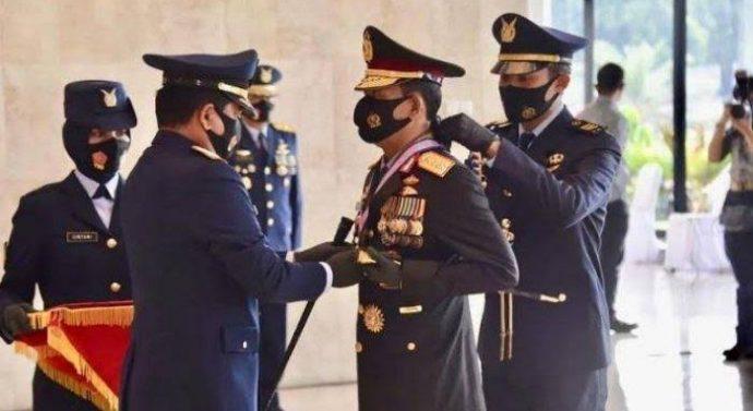 Kapolri Dianugerahi Tiga Bintang Utama dari Panglima TNI