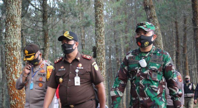 Dandim 0611/Garut bersama Forkopimda memberikan masker gratis di kawasan wisata Kamojang.