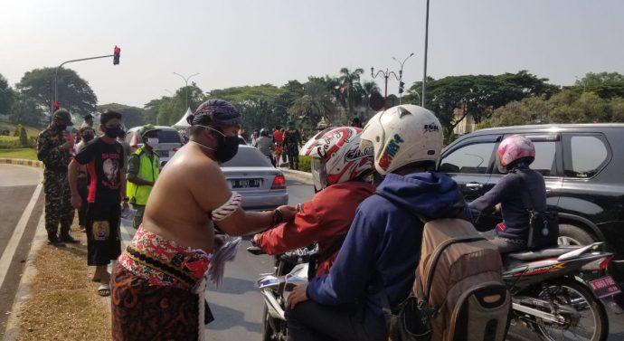 UNIK POLISI BERBUSANA ADAT SUNDA BAGIKAN MASKER  DI CIKARANG PUSAT