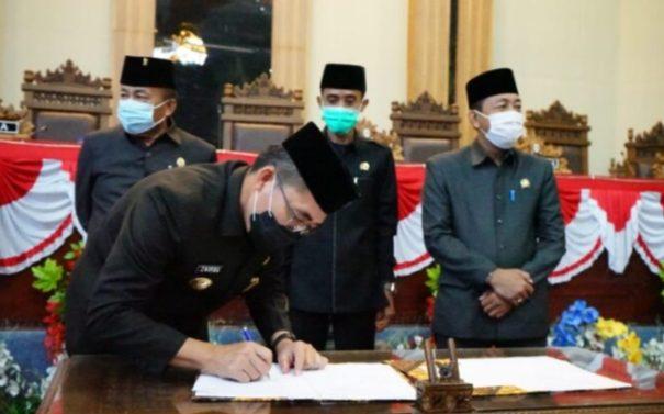 DPRD LAMPUNG TIMUR SAHKAN TIGA (3) RAPERDA MENJADI PERDA.