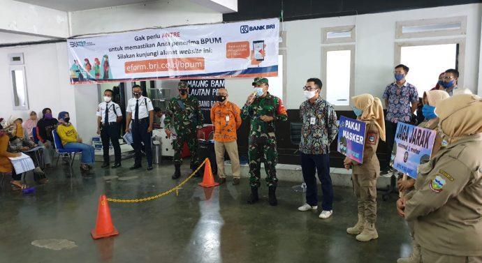 Dandim 0611/Garut memberikan Pengarahan Jaga jarak,pakai masker dan cuci tangan saat penerimaan BPUM di Bank BRI Garut.