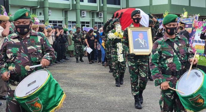 PANGDAM CENDERAWASIH PIMPIN UPACARA PELEPASAN ALM LETJEN TNI HERMAN ASARIBAB DI MAKODAM XVII