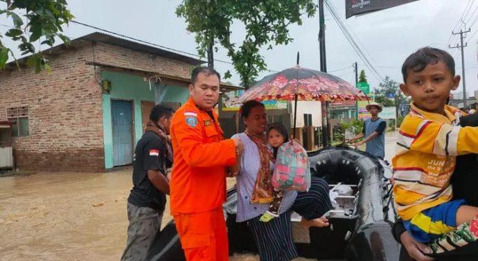 Tim SAR gabungan mengevakuasi ratusan warga korban banjir di Kabupaten Indramayu, Jawa Barat